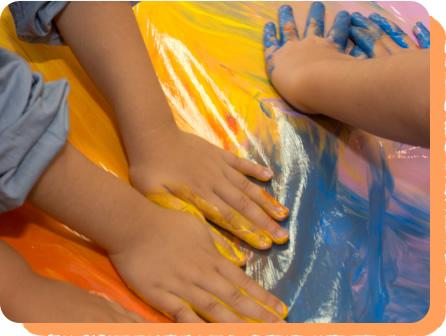 手や指でえのぐを伸ばし、色の混ざり具合を楽しみます。