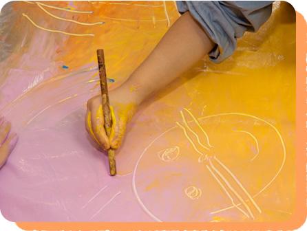 割り箸や筆の後ろなどを使って引っかき絵のようにしてあそぶ