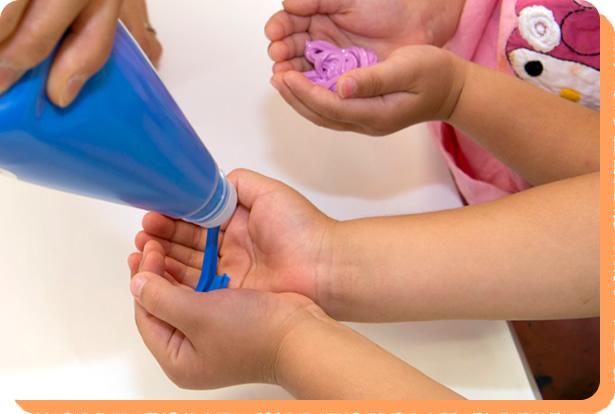 紙やビニールの上に、手につけたえのぐを伸ばしたりくっつけたりしてあそべます。ぽってりとした軽い感触で気持ちいい!